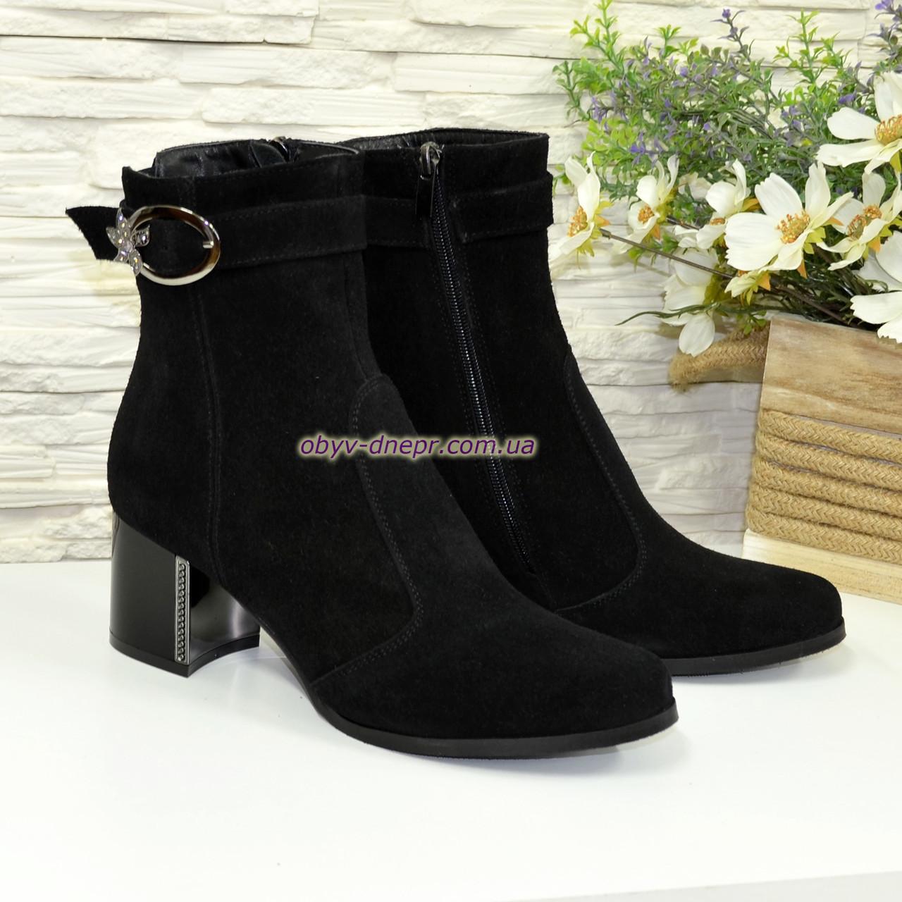 f6e58b44 Ботинки зимние замшевые на невысоком каблуке, декорированы ремешком ...