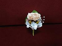 Свадебная бутоньерка пудровая с белым
