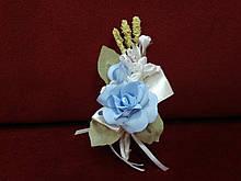 Свадебная бутоньерка голубая с белым