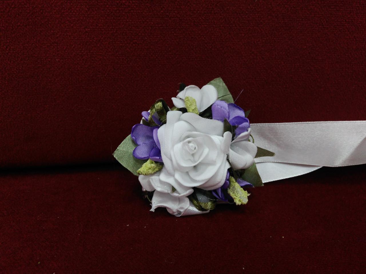 Бутоньерка на руку (цветочный браслет) белый с сиреневым