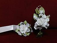 Свадебные бутоньерки для свидетелей белые (бутоньерка и цветочный браслет)