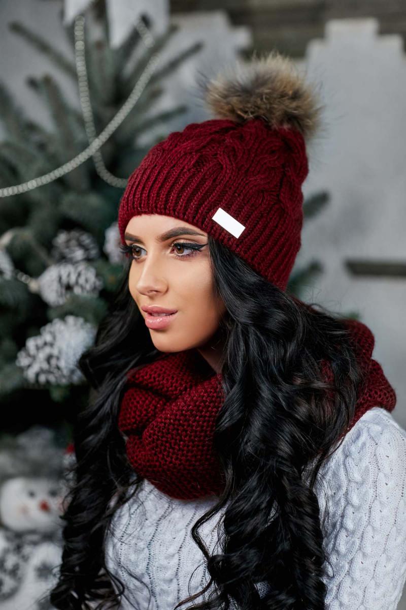 Модная теплая шапка с натуральным бубоном на флисе