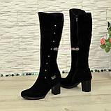 Сапоги замшевые зимние на устойчивом каблуке, декорированы заклепками и фурнитурой, фото 4