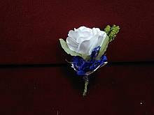 Свадебная бутоньерка бело-синяя
