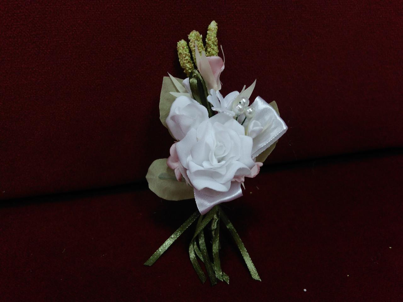 Свадебная бутоньерка бело-розовая