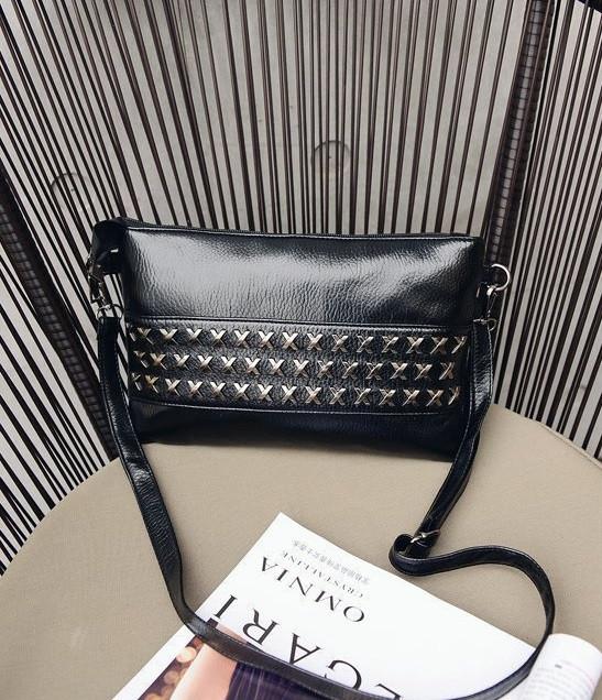 Клатч черный из мягкой экокожи с металлическим декором