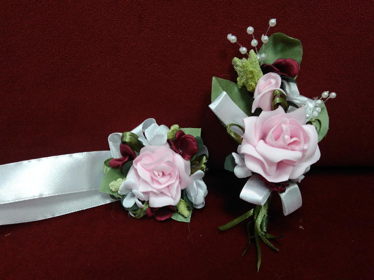 Весільні бутоньєрки для свідків рожево-бордові (бутоньєрка+браслет з квітів)