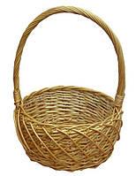 Плетена корзина из лозы для подарков