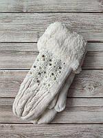 Зимние женские варежки с бусинами белые