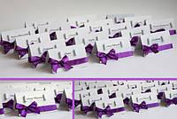 Рассадочные карточки ручной работы для свадьбы в фиолетовом стиле