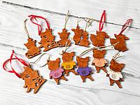 Набор новогодних игрушек Свинки из дерева.