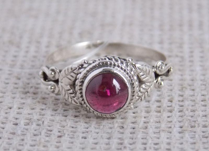 Серебряное кольцо с гранатом 16 размер