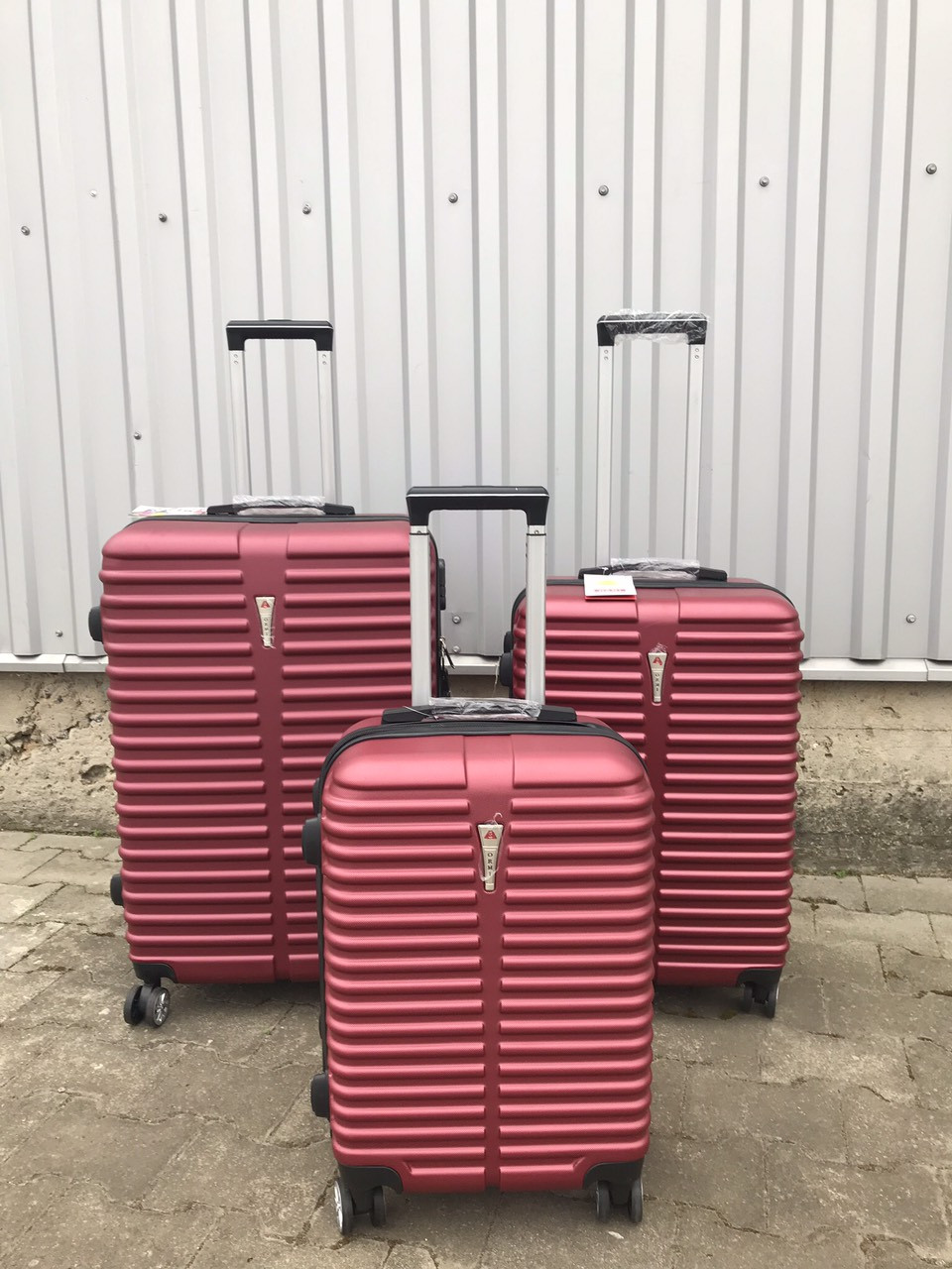 Большой пластиковый чемодан Ormi 8009 на 4 колесах бордовый