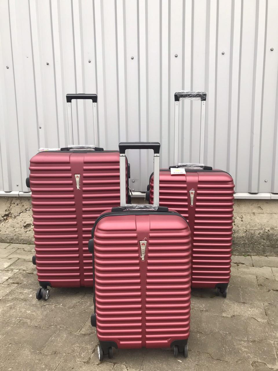 Средний пластиковый чемодан Ormi 8009 на 4 колесах бордовый