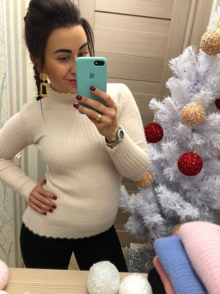 Теплый свитер из нежной ангоры украшен рельефной вязкой. Размера: 42-44. Цвета разные. (0366)