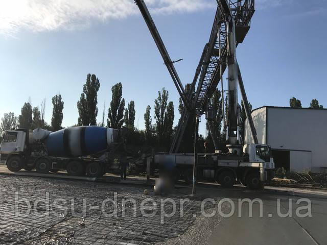 Бетонасос подаёт бетонную смесь