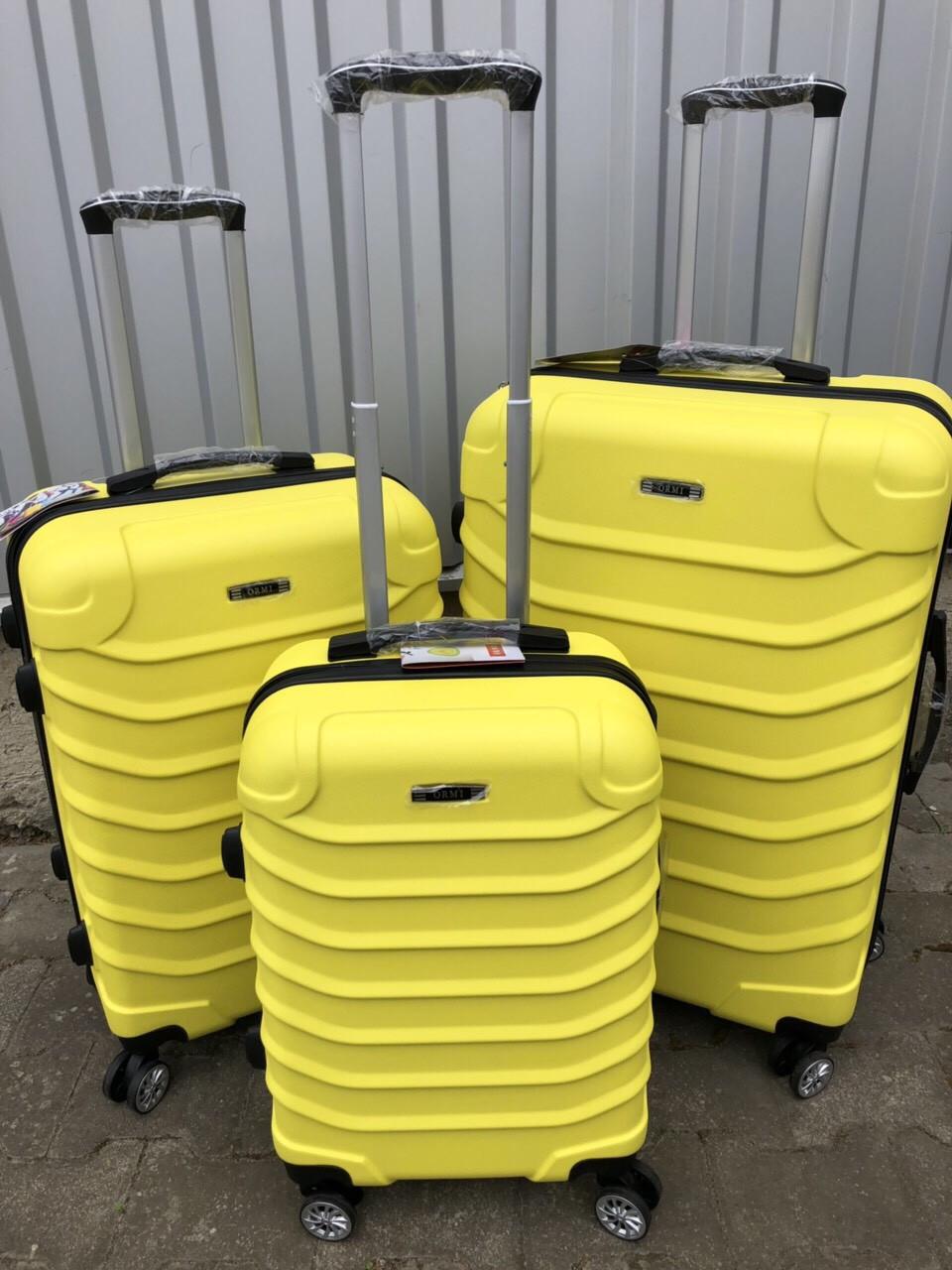 Большой пластиковый чемодан Ormi 2065 на 4 колесах желтый