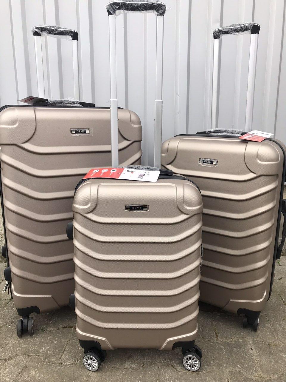 Большой пластиковый чемодан Ormi 2065 на 4 колесах золотистый