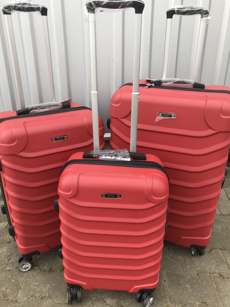 Большой пластиковый чемодан Ormi 2065 на 4 колесах красный