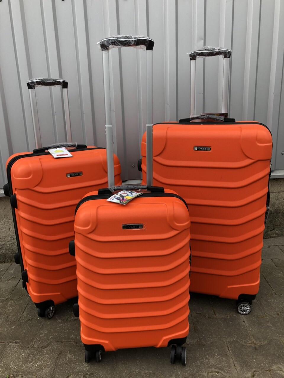 Большой пластиковый чемодан Ormi 2065 на 4 колесах оранжевый
