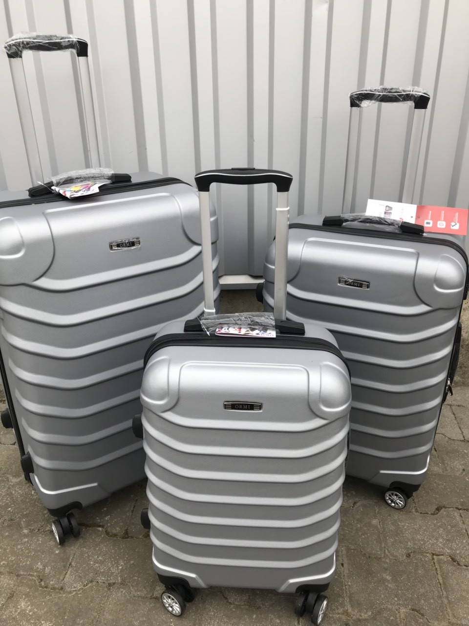 Большой пластиковый чемодан Ormi 2065 на 4 колесах серый