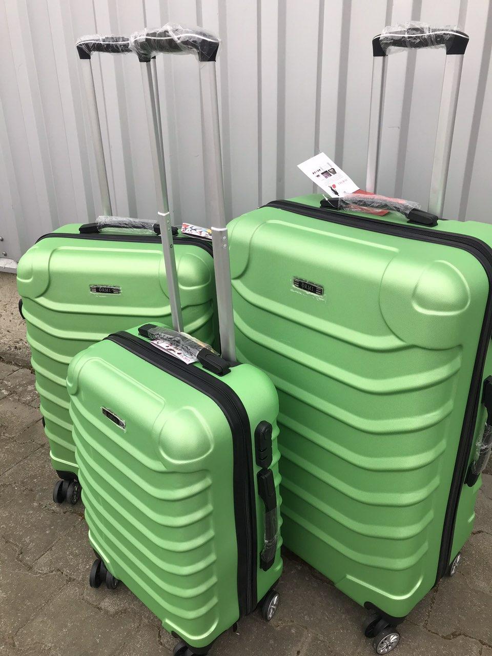 Средний пластиковый чемодан Ormi 2065 на 4 колесах зеленый
