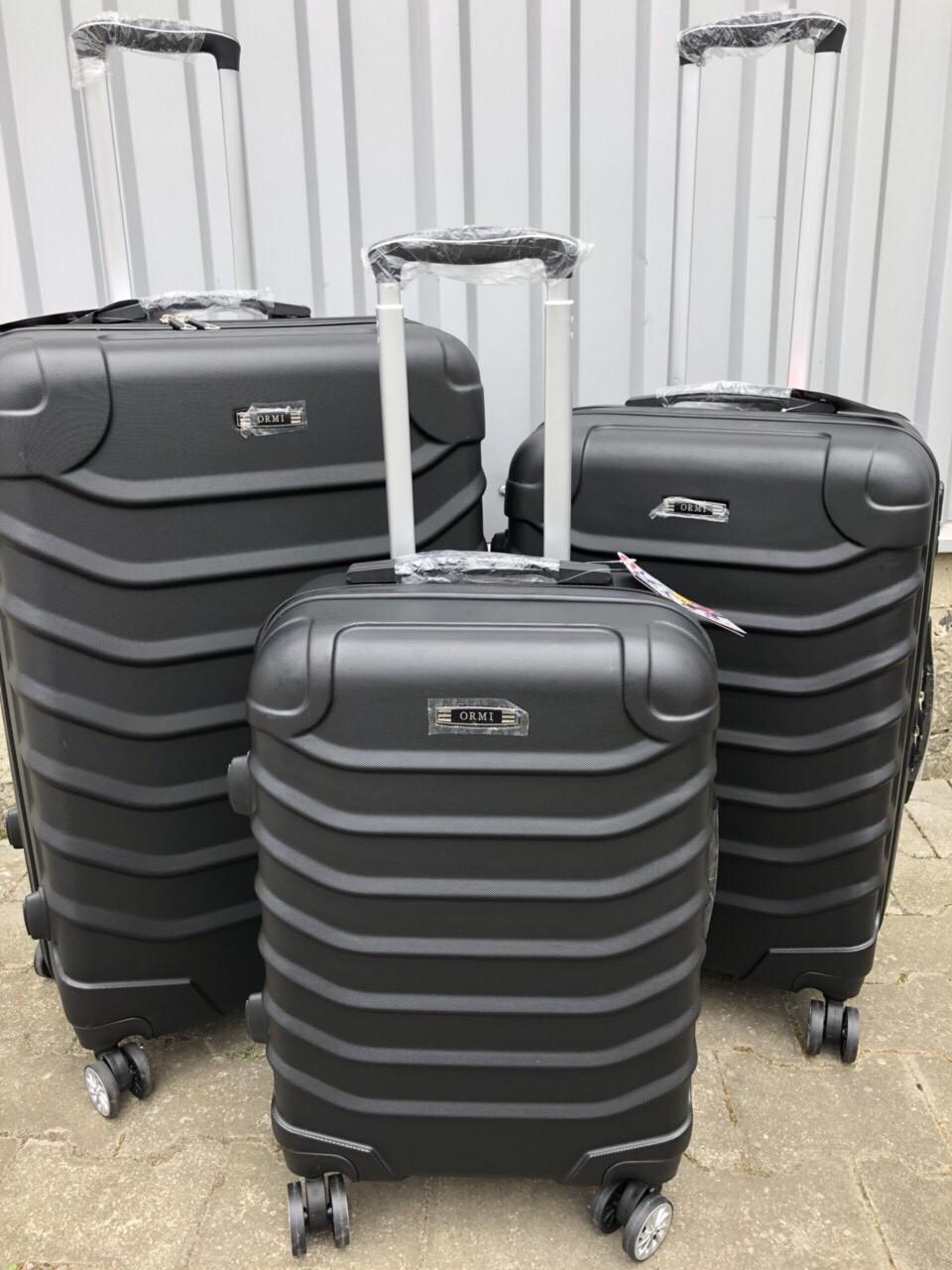 Средний пластиковый чемодан Ormi 2065 на 4 колесах черный