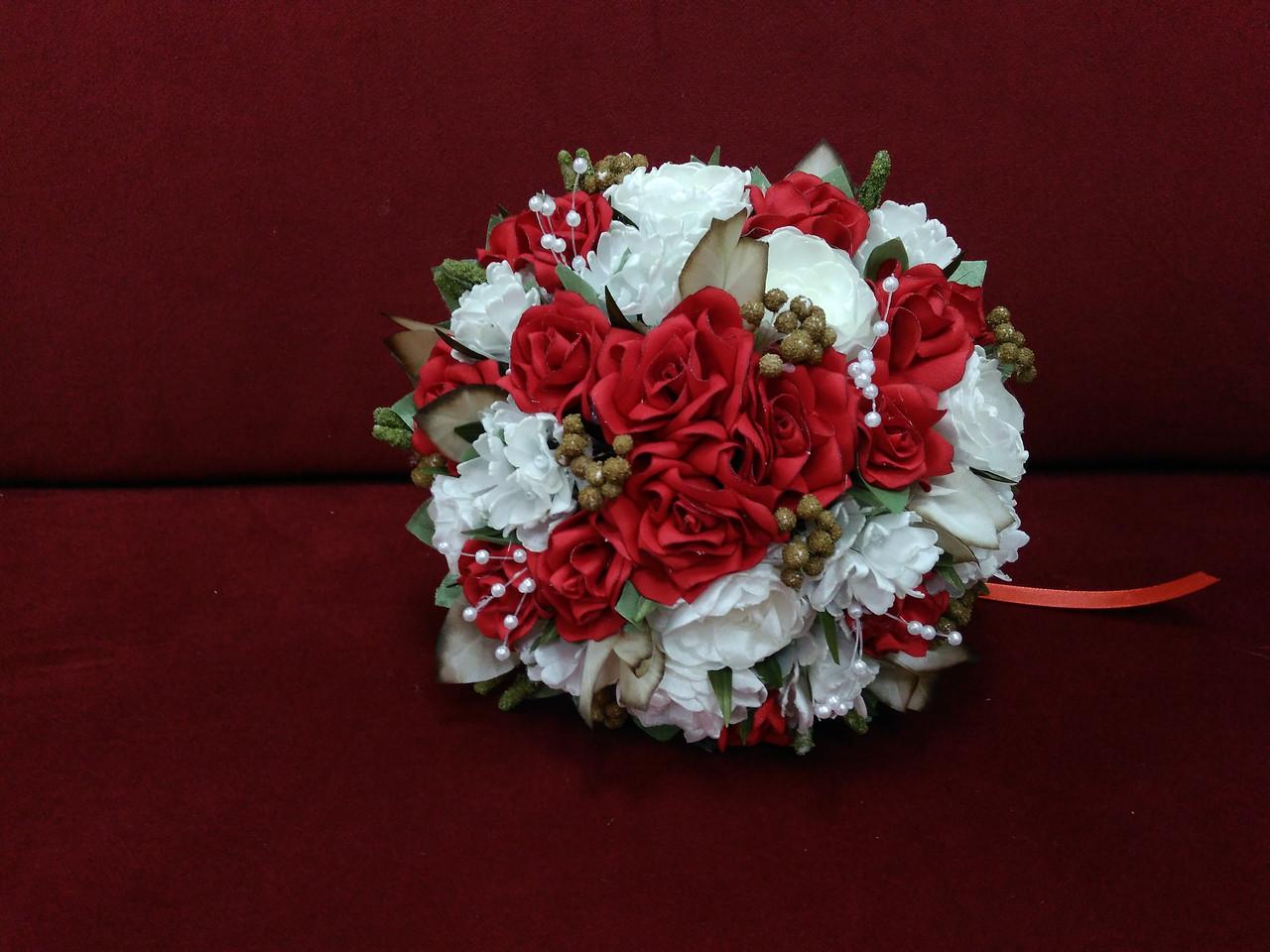 Свадебный букет-дублер из красных роз и айвори пион