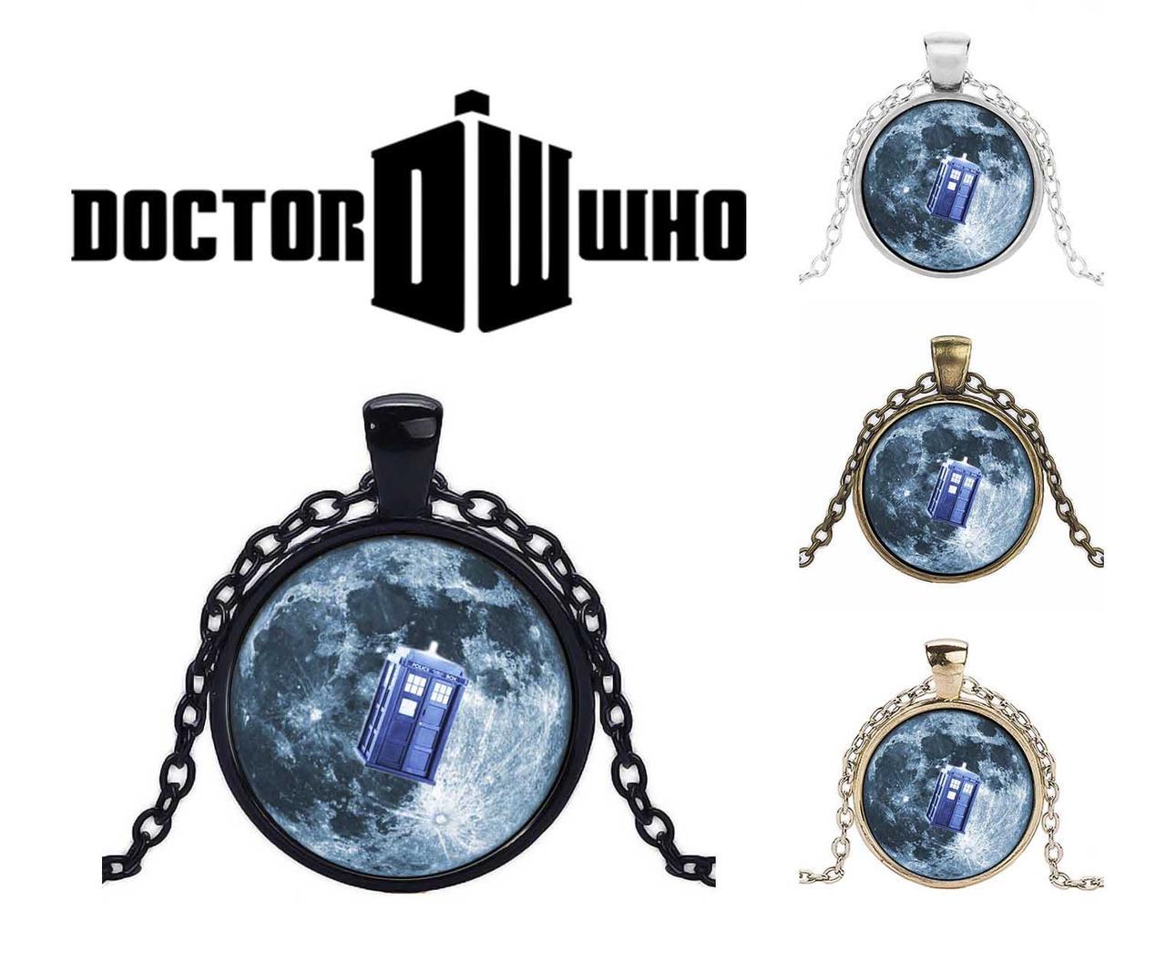 Кулон с фоном звездное небо и Тардисом из сериала Доктор Кто / Doctor Who