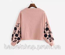 Цікавий пуловер жіночий з вишивкою на рукавах