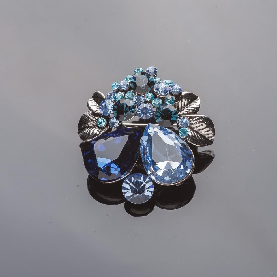 """Брошь серебристая """"Цветочки-ягодки"""" синие и голубые кристаллы 3,5*4см"""