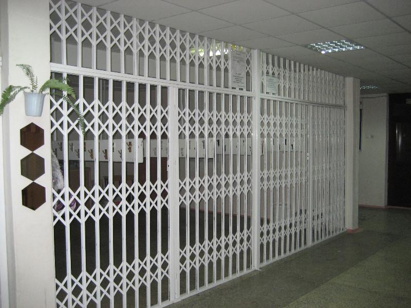Раздвижная решетка на двери