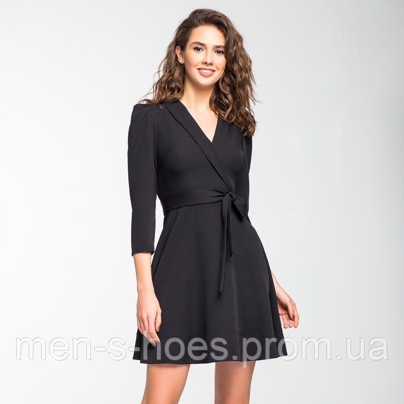 Черное шелковистое платье с запахом.