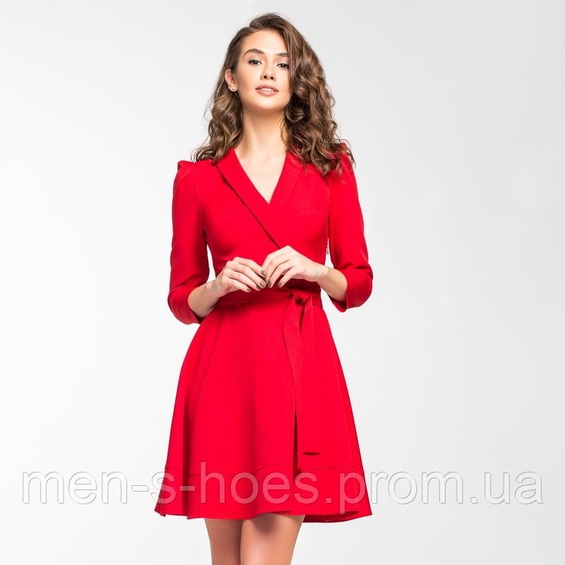 Красное шелковистое платье с запахом.