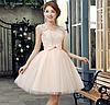 Женское короткое платье с нежным кружевным верхом.