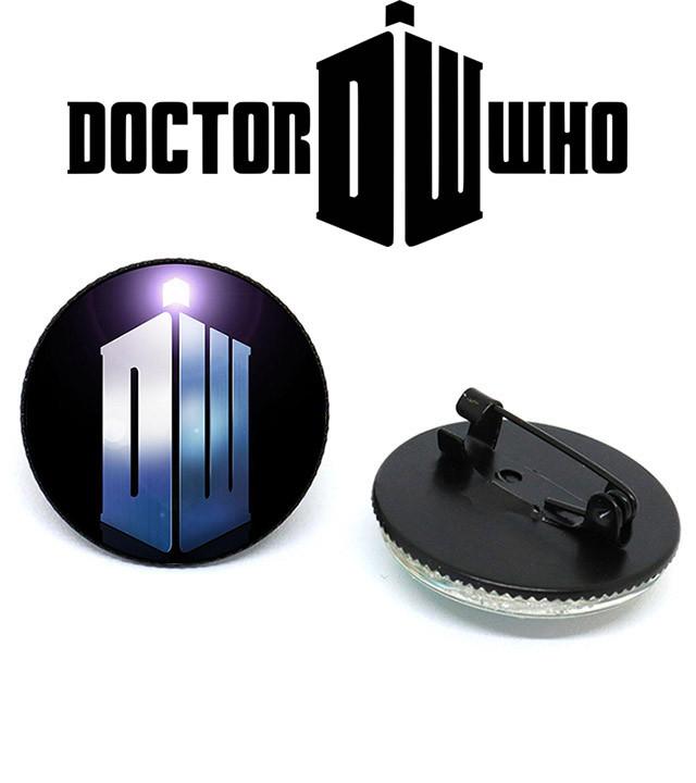Значок с аббревиатурой названия Доктор Кто / Doctor Who