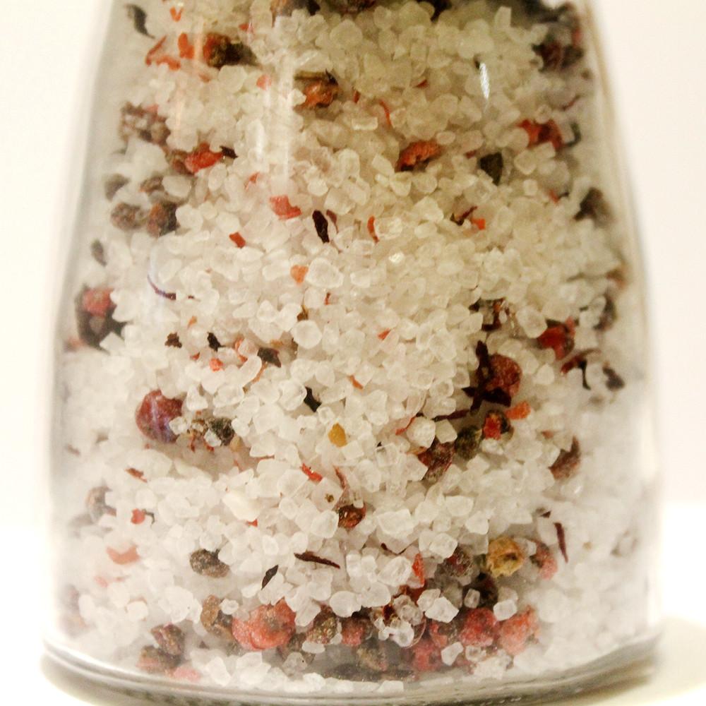 Смесь четырех перцев и соли в мельнице
