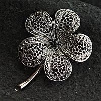 [50/67 мм] Брошь металл под капельное серебро цветок ажурный с небольшим количеством страз