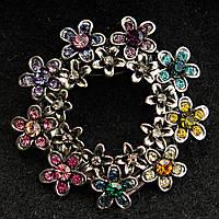 [40/40 мм] Брошь-Веночек темный металл круглая Цветы с разноцветными камнями