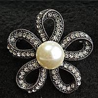 [45/45 мм] Брошь металл под капельное серебро Цветок со стразами и светлой жемчужиной по центру