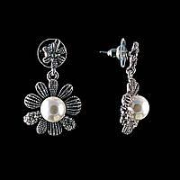 Серьги-пусеты Цветы, с белыми жемчужинами (им) и стразами(металл под серебро)3,5*2,5см