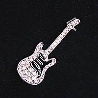 [45Х15 мм.] Брошь Гитара металл Silver со стразами, черная эмаль