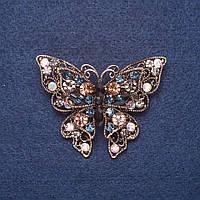 """Брошь """"Бабочка"""" в разноцветных крупных стразах цвет металла золото 4х5,5см"""