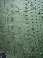 Стеллаж с перфорированной стенкой. Перфорированный стеллаж для магазина. Стеллаж ВИКО с перфорацией в магазин, фото 1