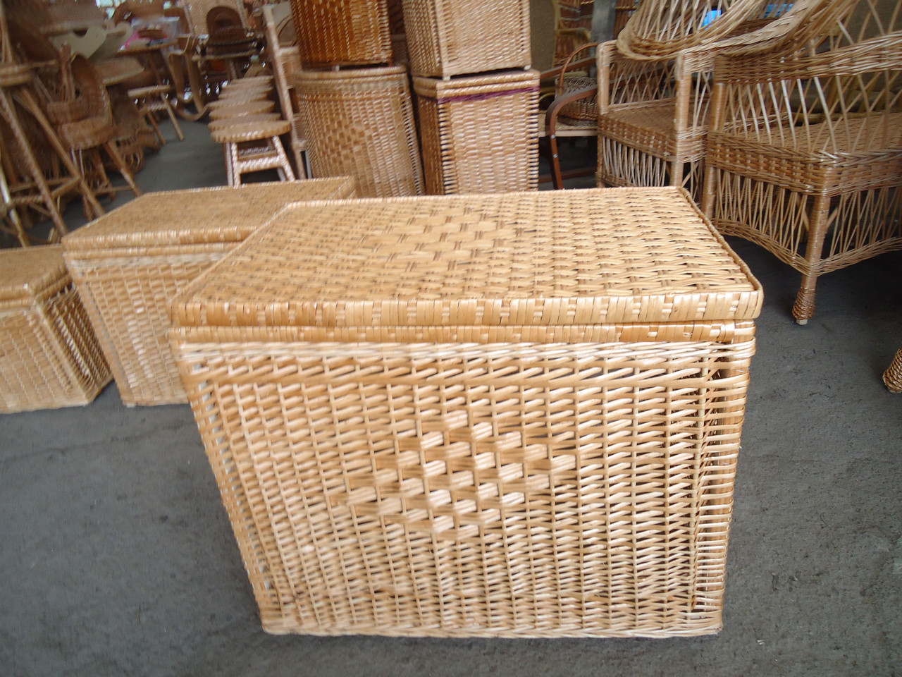 Ящик низкий ровный для белья плетеный из лозы