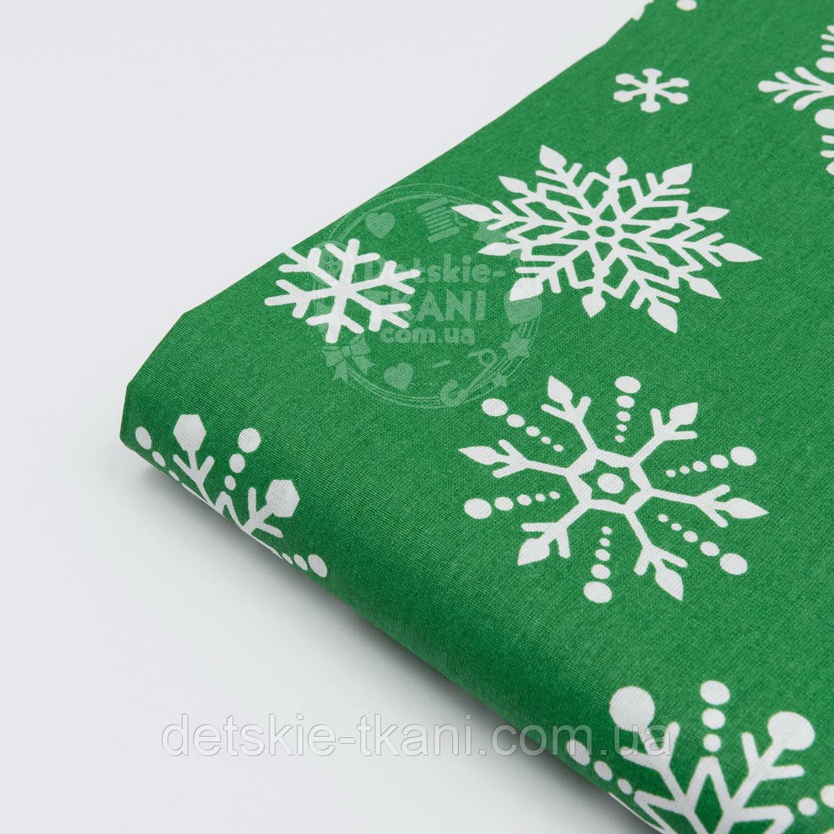 """Отрез ткани №1095  новогодняя """"Снежинки-бусинки"""" на зелёном фоне, размер 85*160"""