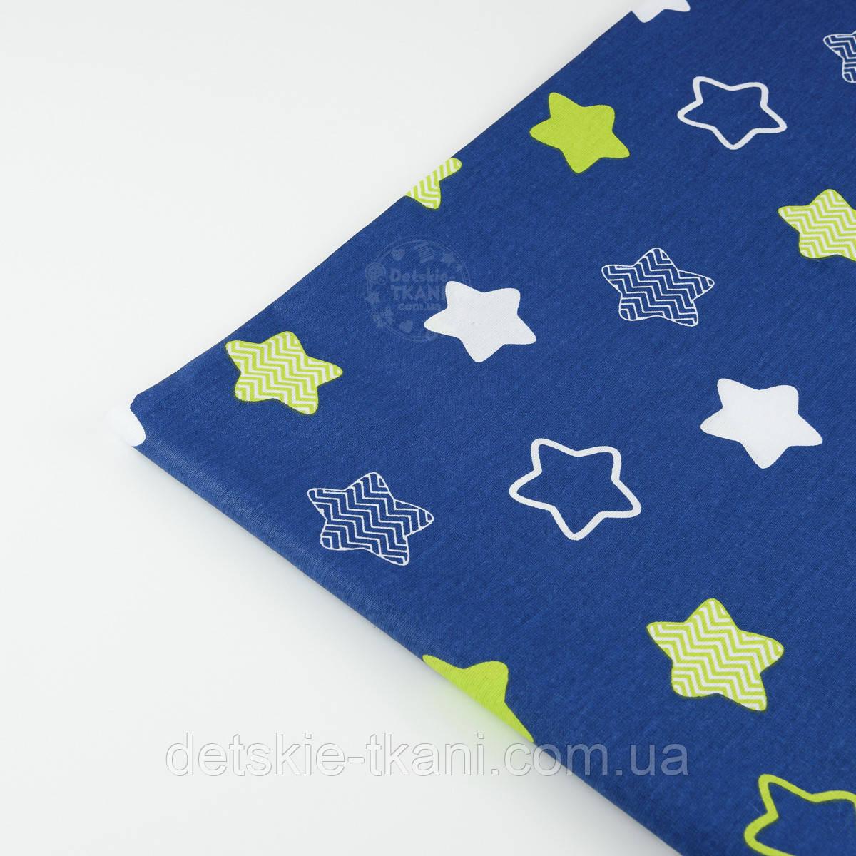 """Лоскут ткани хлопковая """"Звёзды-пряники с зигзагами"""" салатовые на синем  № 1340"""