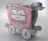 Бонбоньерки Кареты бело-розовые персонализированные  класса Люкс
