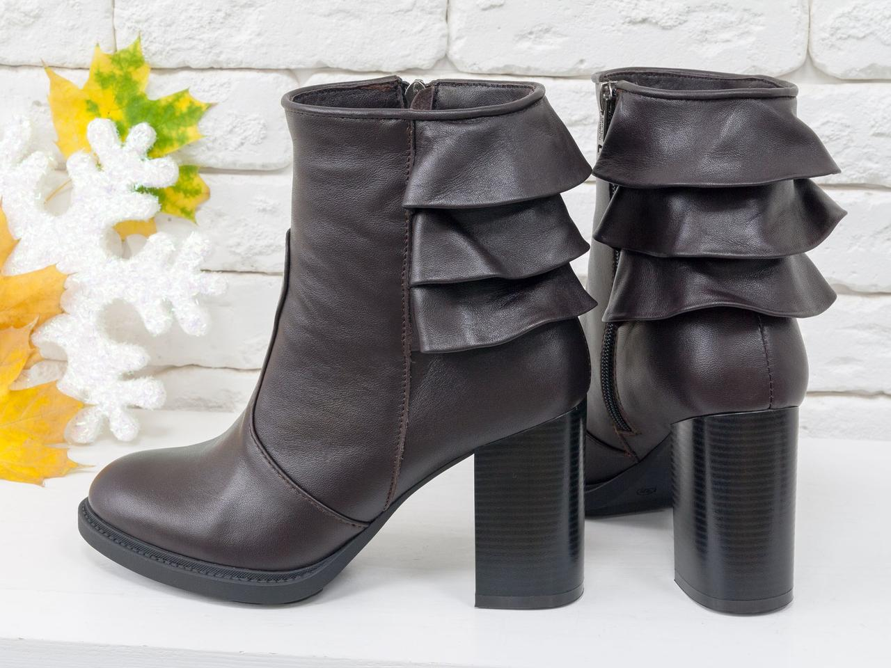 """Ботинки на устойчивом каблуке, выполнены в коричневой коже с отделкой в виде 3-х ярусной """"юбочки"""" над каблуком"""