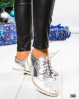 Туфли-лоферы с декором белые
